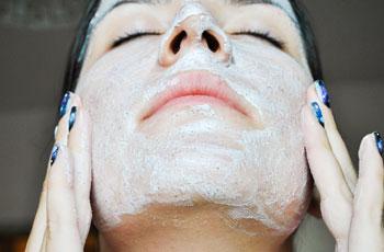 Маска для очищения и сужения пор на лице из крахмала, меда и молока