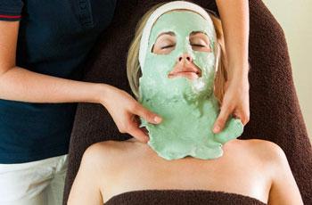 Наложение альгинатной маски на лицо в домашних условиях