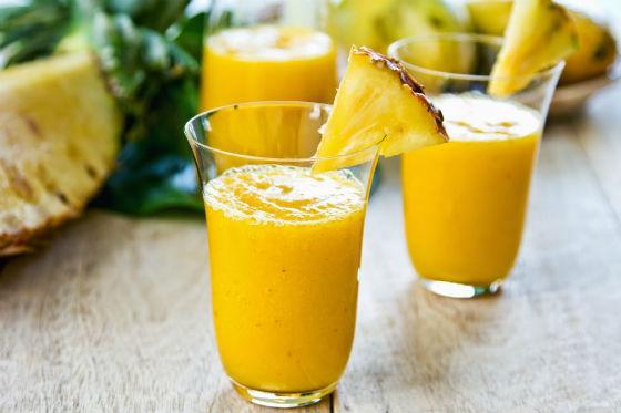 Ананасовый сок с кусочком ананаса