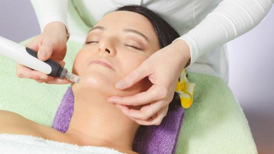 Введение гиалуроновой кислоты под кожу специальным аппаратом дозировано