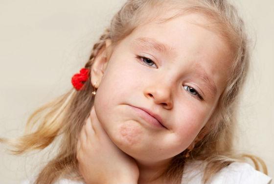 При боли в горле ребенка следует сразу показать врачу