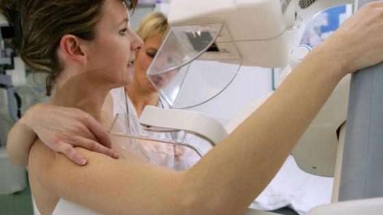 Рентген-обследование женской груди позволяет обнаружить мелкие новообразования