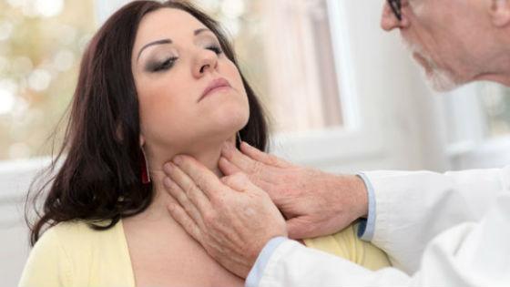 Обследование щитовидки начинается с осмотра врачом