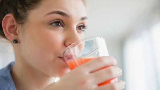 Девушка пьет томатный сок