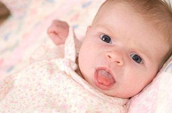 У ребенка язык высунут