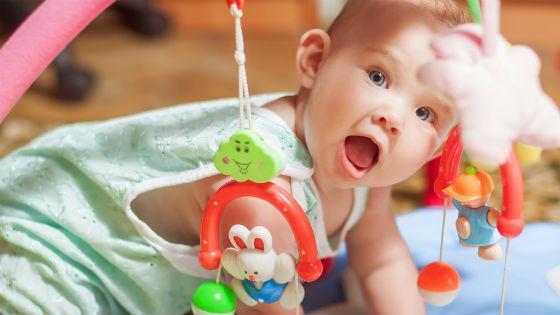 Ребенок играет на развивающем коврике