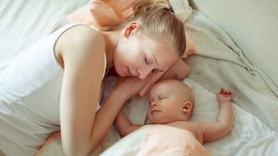 Мама и ребенок спят вместе