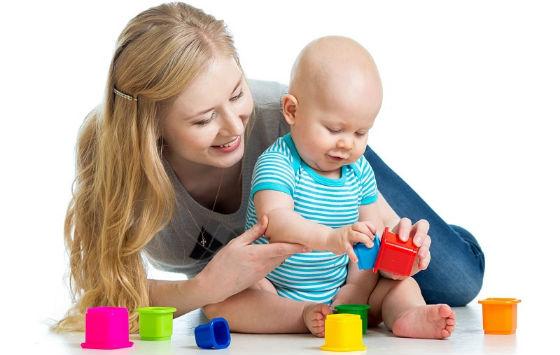 Ребенок играет с мамой