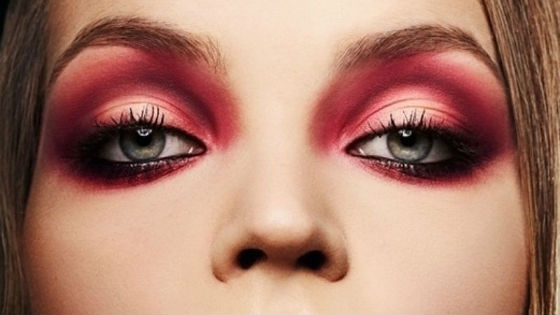 Новинка современного визажа красный дымчатый макияж
