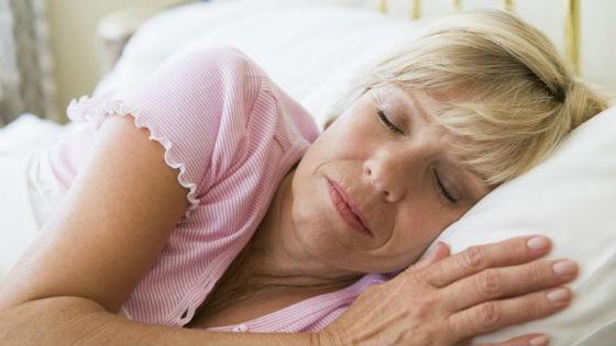 Женщина спокойно спит всю ночь