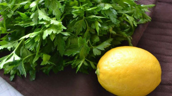 Лимон и петрушка для остановки кровотечения во время менструации
