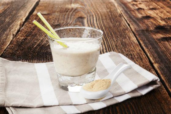 Напиток с порошком протеина на молоке