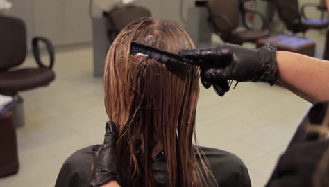 Нанесение кератина на волосы