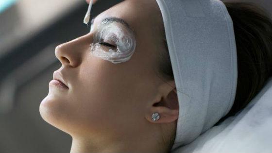 Способы нанесения состава на кожу возле глаз