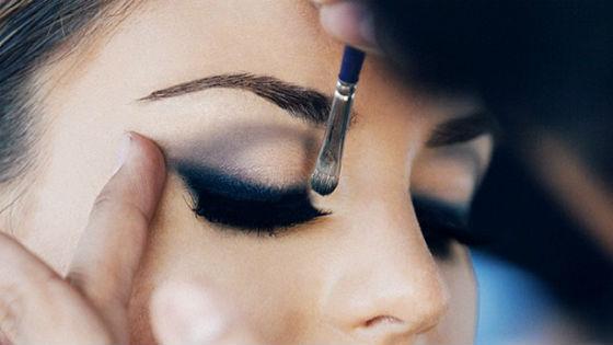 Техника нанесение теней в дымчатом макияже