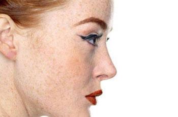 Макияж для лица с веснушками и серыми глазами