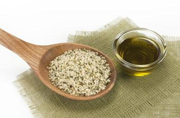 Конопляное масло: польза и вред, использование в лечении и в уходе за кожей и волосами