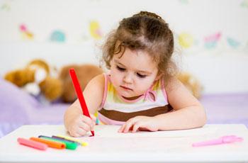 Ребенок 4 лет учиться держать карандаш