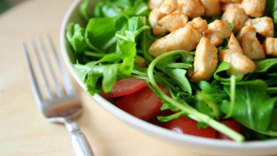Салат из курицы с помидорами