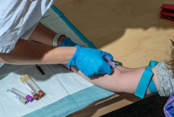 Для определения уровня гормонов щитовидки делают анализ крови
