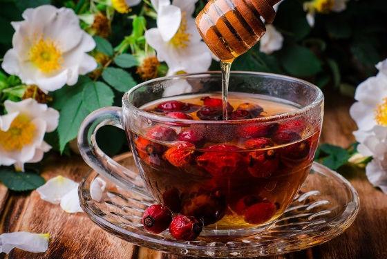 Шиповниковый отвар с медом для профилактики простуды