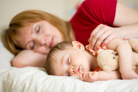 Любимая игрушка и присутствие мамы поможет малышу успокоиться