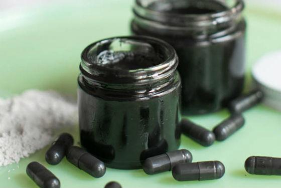 Активированный уголь в капсулах и морская соль для приготовления маски