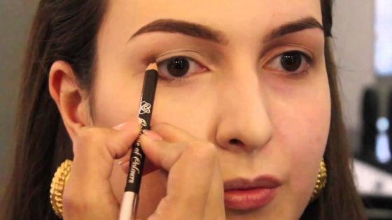 Как прорисовать стрелки женщине с карими глазами
