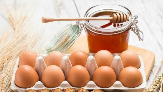 Мед и свежие яйца для лечения простудных заболеваний