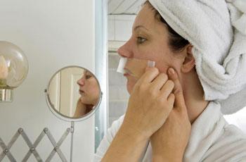 Удаление усиков над верхней губой сахарной эпиляцией