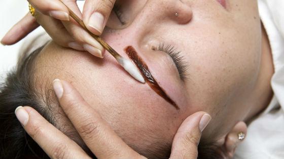 Как смыть хну с бровей: подручные и профессиональные средства