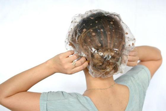 Целлофановая шапочка поможет защитить одежду при проведении процедуры