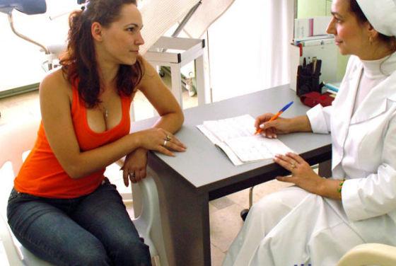 При любых подозрительных выделениях женщине лучше посетить врача