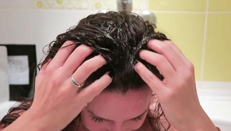 Вмассирование скраба в кожу головы