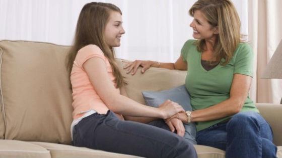 У девочек выделения появляются за год до менструации