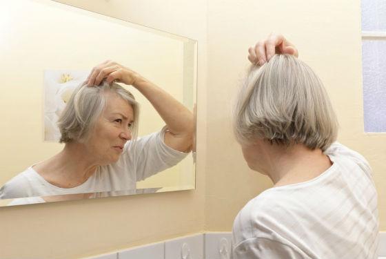 Волосы начинают выпадать при климаксе из-за гормональной перестройки организма