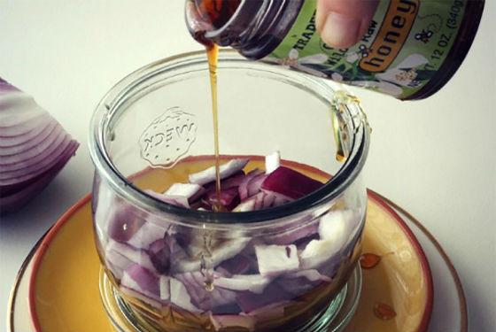 Мелко нарезанный лук, залитый медом
