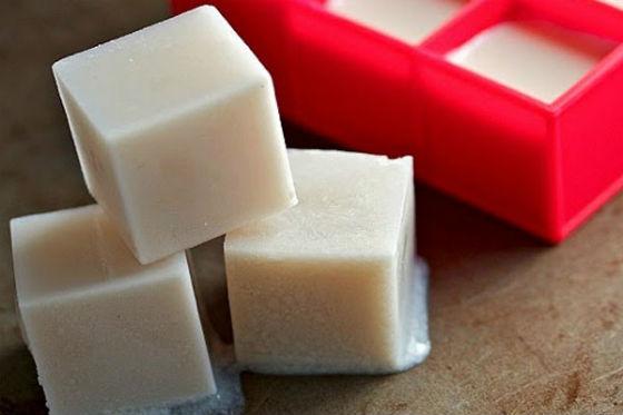 Кубики замороженного для хранения молока