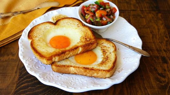 Завтрак состоит из яиц и кусочка хлеба